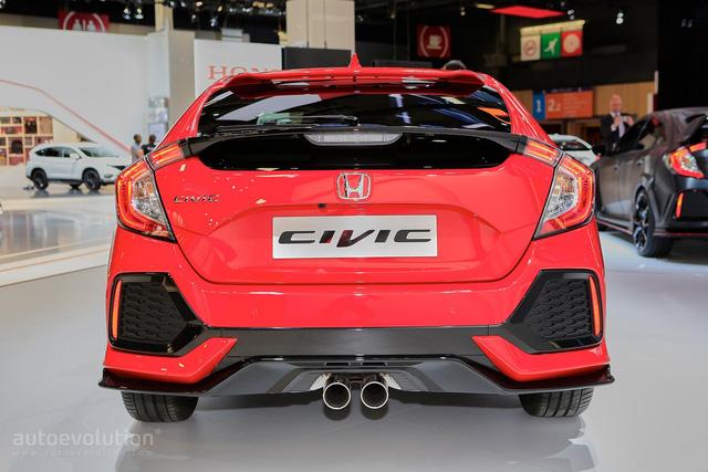 Bản thân chiều dài cơ sở của Honda Civic Hatchback thế hệ mới cũng tăng 30 mm, mang đến không gian nội thất rộng rãi hơn. Dù tăng kích thước nhưng Honda Civic Hatchback thế hệ mới lại nhẹ hơn 16 kg. Bí quyết nằm ở cơ sở gầm bệ trọng lượng thấp mới nhưng lại tăng 52% độ cứng xoắn.