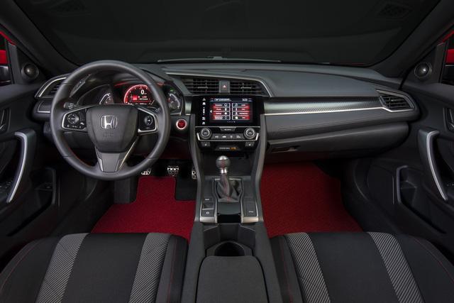 Bên trong Honda Civic Si 2017 có ghế thể thao dành riêng, chỉ khâu màu đỏ đối lập, pedal bằng nhôm và bộ phụ kiện Dry Metal Carbon trên cụm đồng hồ.