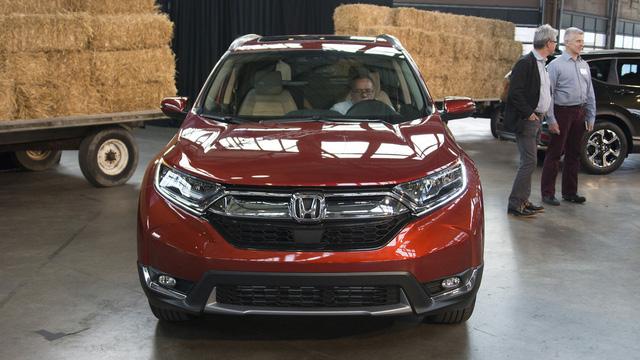 Theo hãng Honda, đây là thế hệ tốt nhất của dòng CR-V từ trước đến nay. Như đã đưa tin, Honda CR-V 2017 được áp dụng thiết kế tiến hóa với thanh crôm cỡ lớn và dày dặn trên lưới tản nhiệt trước. Đặc biệt, Honda CR-V thế hệ mới còn được trang bị cửa chớp tự động để tăng cường khả năng làm mát động cơ cũng như cải thiện tính khí động học.