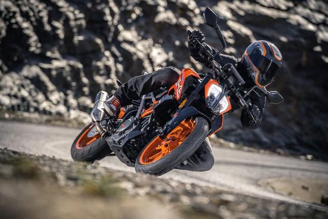 Trái tim của KTM 390 Duke 2017 là khối động cơ xy-lanh đơn, làm mát bằng dung dịch, dung tích 373 cc, sản sinh công suất tối đa 43,5 mã lực và mô-men xoắn cực đại 35 Nm, tăng 2 Nm. Động cơ kết hợp cùng hộp số sàn 6 cấp.