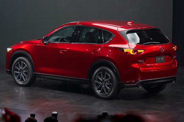 Cụ thể, ở thế hệ mới, Mazda CX-5 được trang bị 3 tùy chọn động cơ khác nhau. Đầu tiên là động cơ diesel SkyActiv-D 2,2 lít. Tiếp đến là 2 động cơ xăng SkyActiv-G phun nhiên liệu trực tiếp, dung tích 2.0 và 2,5 lít.