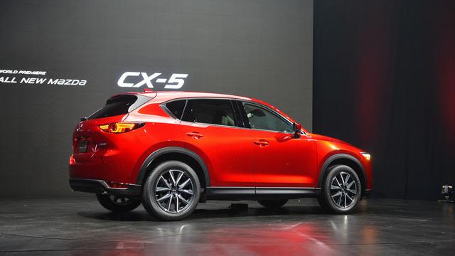 Cả ba động cơ này đều kết hợp với hộp số tự động hoặc sàn 6 cấp. Hệ dẫn động cầu trước là trang bị tiêu chuẩn của Mazda CX-5 thế hệ mới. Trong khi đó, hệ dẫn động 4 bánh toàn thời gian chỉ là trang bị tùy chọn.