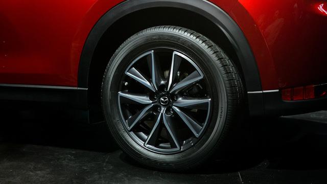 Thiết kế bên sườn của Mazda CX-5 thế hệ mới gần như không thay đổi so với trước, trừ viền cửa sổ mạ crôm.