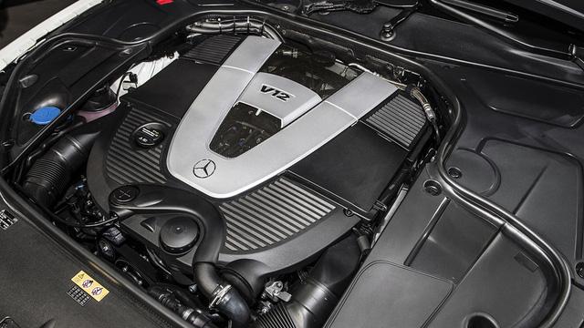 Tương tự Mercedes-AMG S65 Cabriolet, Mercedes-Maybach S650 Cabriolet cũng được trang bị động cơ V12, tăng áp kép, dung tích 6.0 lít với công suất tối đa 621 mã lực và mô-men xoắn cực đại 738 lb-ft. Nhờ đó, mẫu xe mui trần siêu sang này có thể tăng tốc từ 0-96 km/h trong 4 giây và đạt vận tốc tối đa giới hạn điện tử 250 km/h.