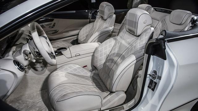 Chưa hết, ghế khâu hình quả trám, mặt trong cửa và cụm đồng hồ khác biệt cũng mang đến cái riêng cho Mercedes-Maybach S650 Cabriolet mới.