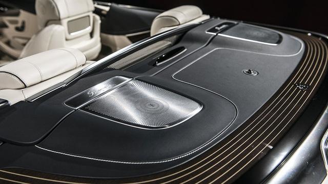 Theo hãng xe Đức, nội thất của Mercedes-Maybach S650 Cabriolet gợi liên tưởng đến những chiếc du thuyền hạng sang như Arrow 460 Grantuismo. Ở giá đỡ cốc giữa hàng ghế trước có tấm biển mạ crôm đánh số thứ tự 1 of 300.