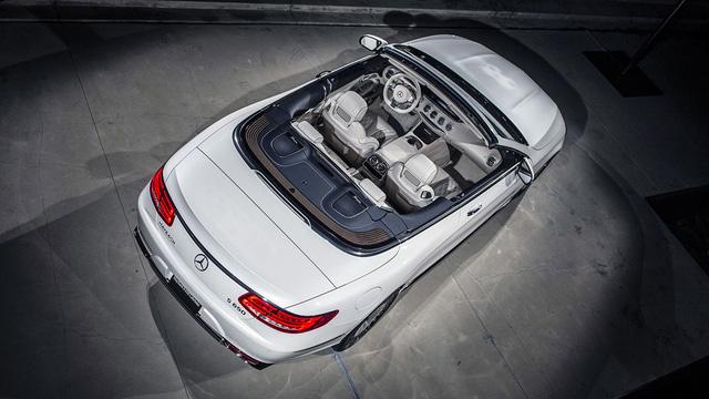 Tất cả 300 chiếc Mercedes-Maybach S650 Cabriolet đều đi kèm mui nỉ với màu sắc đa dạng, bộ hành lý tông xuyệt tông làm từ da giống với nội thất và giấy chứng nhận có chữ ký của ông Dieter Zetsche, chủ tịch tập đoàn Daimler kiêm CEO của Mercedes-Benz.