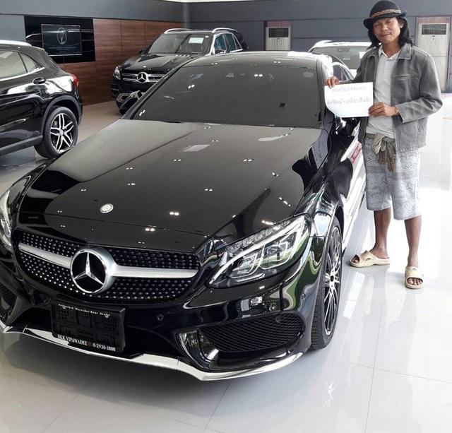 Người đàn ông chụp bên chiếc Mercedes-Benz đã đăng ký mua.