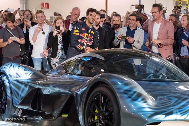 Tay đua người Áo, Daniel Ricciardo, tỏ ra rất hào hứng với Aston Martin AM-RB 001.