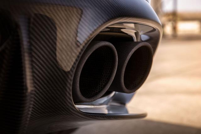 Chưa hết, Aston Martin Vanquish S còn được trang bị hệ thống xả mới với 4 ống pô cùng thanh chống lật, lò xo, hệ thống treo và giảm chấn cải tiến.