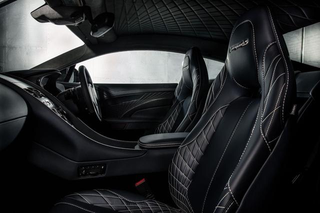 Bên trong Aston Martin Vanquish S có ghế bọc da khâu hình quả trám sang trọng và những chi tiết bằng sợi carbon thể thao.