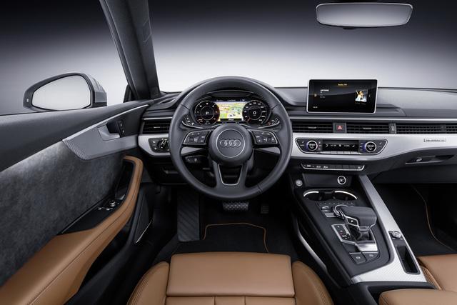 Bên trong Audi A5 Coupe thế hệ mới có những điểm nhấn như hệ thống điều hòa không khí tự động 3 vùng, ghế trước chỉnh điện 8 hướng, cửa sổ trời toàn cảnh, hệ thống đèn viền dạng LED với cài đặt 30 màu, bộ phụ kiện bằng nhôm cùng bệ tì tay trung tâm ghế trước có thể gập, trượt và tùy chỉnh độ cao.