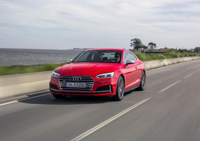 Trong khi đó, Audi S5 2018 sử dụng động cơ xăng TFSI V6, dung tích 3.0 lít hoàn toàn mới. Động cơ sản sinh công suất tối đa 254 mã lực và mô-men xoắn cực đại 500 Nm. Nhờ đó, Audi S5 2018 có thể tăng tốc từ 0-96 km/h trong 4,4 giây. Động cơ này chỉ kết hợp với một loại hộp số là tự động 8 cấp Tiptronic.
