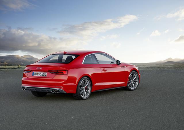Ngoài ra, Audi A5 Coupe thế hệ mới còn có hệ thống treo thể thao, giảm 23 mm chiều cao gầm. Xe được bổ sung thanh chống lật dạng ống, giảm chấn và lò xo khác biệt. Nếu muốn, khách hàng có thể chọn hệ thống treo thích ứng khi mua Audi A5 Coupe 2018. Hệ thống treo này giúp giảm 10 mm chiều cao gầm.