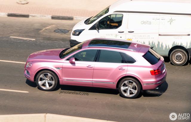 Muốn bắt gặp những chiếc xế lạ, hãy nghĩ đến chuyện tới thăm Dubai. Quả thực, không chỉ là thiên đường siêu xe, Dubai còn là nơi trú ngụ của những chiếc xế độ độc và lạ nhất thế giới. Một trong số đó có chiếc SUV siêu sang Bentley Bentayga màu hồng đầu tiên trên thế giới.