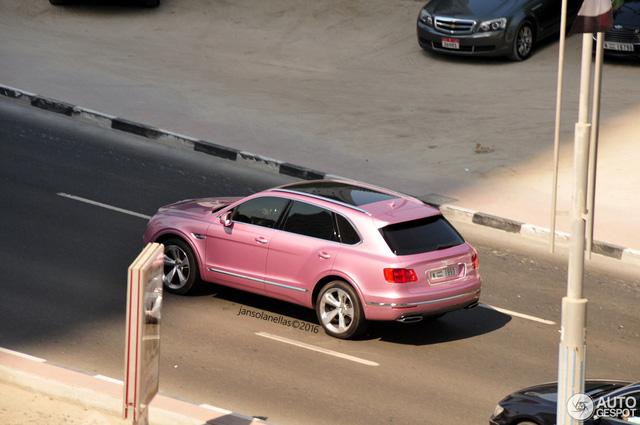 Hiện chưa có hình ảnh bên trong chiếc Bentley Bentayga màu hồng. Rất có thể nội thất của chiếc SUV siêu sang cũng được chuyển sang màu hồng cho tông xuyệt tông.