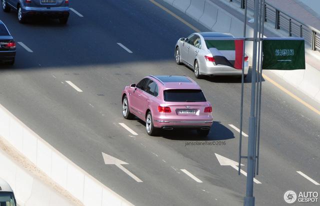 Nhờ đó, Bentley Bentayga có thể tăng tốc từ 0-96 km/h trong 4 giây trước khi đạt vận tốc tối đa 301 km/h. Ngoài ra, Bentley Bentayga được trang bị 3 chế độ lái được kích hoạt qua núm cảm ứng được đặt trên cụm điều khiển trung tâm.