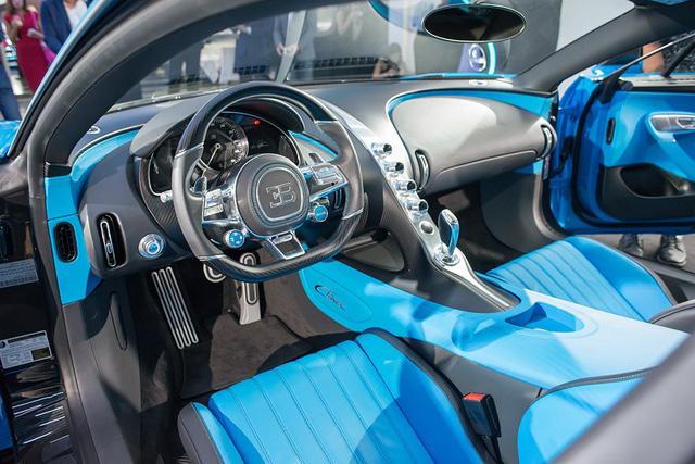 Cụ thể, Bugatti Chiron sở hữu công suất tối đa lên đến 1.500 mã lực và mô-men xoắn cực đại 1.600 Nm. Con số tương ứng của đàn anh Bugatti Veyron tiêu chuẩn là 1.001 mã lực.