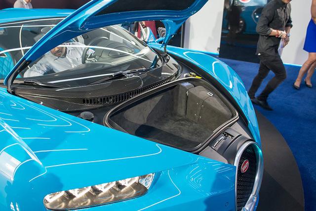 Động cơ của Bugatti Chiron không nằm trên đầu như nhiều mẫu xe thông thường. Bên dưới nắp capô của Bugatti Chiron là khoang hành lý khá nhỏ. Điều này không có gì lạ vì Bugatti Chiron không sinh ra để làm xe chở đồ hay dành cho gia đình.