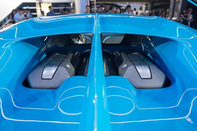 Trái tim của chiếc Bugatti Chiron này vẫn là khối động cơ dung tích 8.0 lít tương tự đàn anh Veyron. Tuy nhiên, 4 bộ tăng áp của Bugatti Chiron đã được nâng cấp để tạo ra sức mạnh lớn hơn cho động cơ.