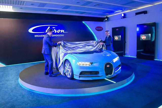Ngoài ra, Bugatti Chiron còn được đưa đến trường đua, nơi diễn ra chặng đua Singapore F1 Grand Prix để trưng bày. Sau đó, siêu xe kế nhiệm Veyron sẽ nằm tại showroom Bugatti chính hãng tại Singapore trong một thời gian ngắn.