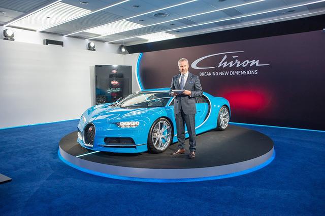 Chiếc siêu xe Bugatti Chiron tại Singapore được sơn màu xanh ngọc đẹp mắt.