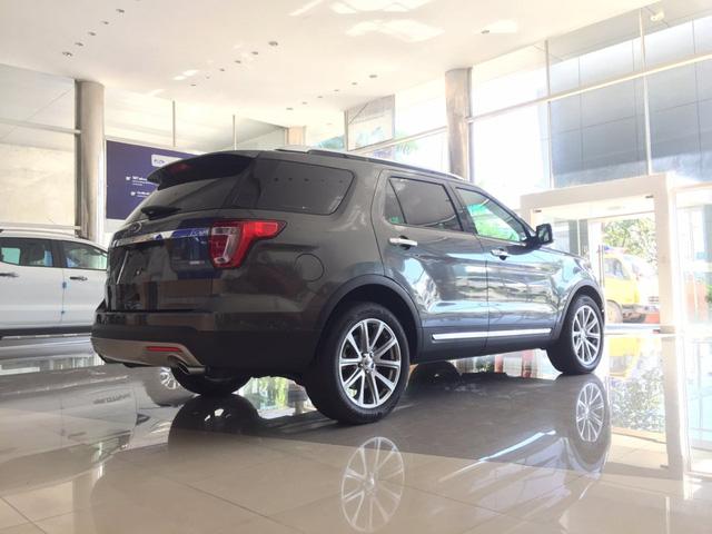 ' Ford Explorer 2017 nhìn từ phía sau '