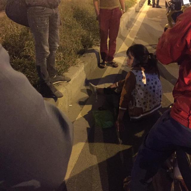 Nữ sinh tại hiện trường vụ tai nạn. Ảnh: Lê Thành Đô