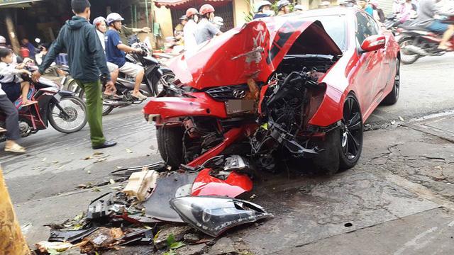 Chiếc Hyundai Genesis Coupe biến dạng tại hiện trường vụ tai nạn.
