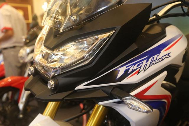 Trên dàn áo của Honda CBF190X 2017 còn có đề-can Fight Hawk.