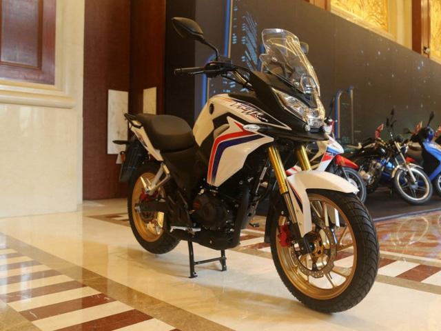 Không chỉ riêng ô tô mà ngay cả các nhà sản xuất mô tô cũng rất quan tâm đến thị trường Trung Quốc với hơn 1 tỷ dân. Mới đây, trong triển lãm Mô tô Thương mại Quốc tế Trung Quốc 2016 diễn ra tại thành phố Trùng Khánh, hãng Honda đã chính thức trình làng một mẫu mô tô lạ hoắc có tên CBF190X 2017.