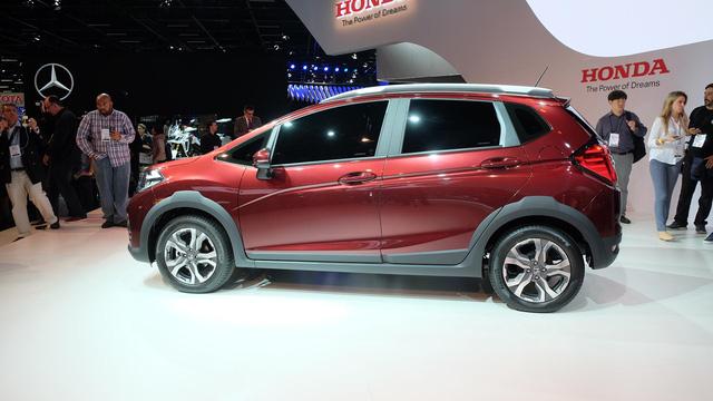 Những điểm nhấn khác trong thiết kế của Honda WR-V bao gồm nắp capô phẳng hơn, tấm ốp gầm bên dưới đầu xe, gá chằng đồ trên nóc, gầm xe nâng cao và bộ vành hợp kim 16 inch.