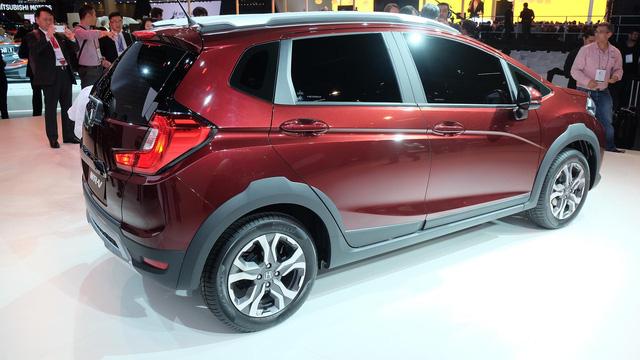 """Theo hãng Honda, cái tên WR-V được viết tắt từ cụm """"Winsome Runabout Vehicle"""". Được phát triển dựa trên cơ sở gầm bệ của Jazz, WR-V là mẫu crossover cỡ nhỏ nằm bên dưới HR-V và CR-V trong dòng sản phẩm Honda."""