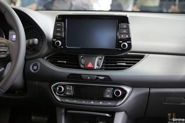 Theo hãng Hyundai, nội thất của i30 2017 dẫn đầu phân khúc về thiết kế. Với cửa sổ trời toàn cảnh Panorama tùy chọn, nội thất của Hyundai i30 thế hệ mới tạo cảm giác rộng rãi hơn.