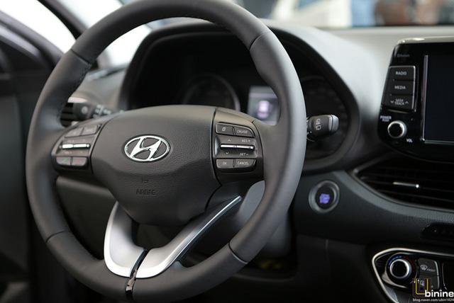 Những tính năng nổi bật khác của Hyundai i30 2017 bao gồm màn hình LCD 5 inch cảm ứng tiêu chuẩn, camera chiếu hậu tích hợp, dàn âm thanh cao cấp, hệ thống kết nối Bluetooth và vô lăng đa chức năng 3 chấu tái thiết kế. Nếu muốn, khách hàng có thể mua thêm vô lăng sưởi ấm tùy chọn. Ghế trước của Hyundai i30 2017 có tính năng sưởi ấm và làm mát. Riêng ghế lái có thêm tính năng nhớ vị trí.