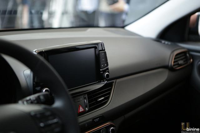 Về an toàn, Hyundai i30 2017 có hệ thống phanh khẩn cấp tự động, cảnh báo va chạm trực diện, kiểm soát hành trình thông minh, phát hiện điểm mù, cảnh báo giao thông phía sau, hỗ trợ duy trì làn đường, thông báo giới hạn tốc độ và hỗ trợ đèn pha. Cuối cùng là tính năng cảnh báo tình trạng thiếu tập trung của người lái lần đầu tiên được áp dụng cho xe Hyundai.