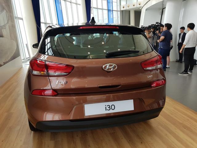 Được thiết kế, phát triển, thử nghiệm và sản xuất hoàn toàn tại châu Âu, Hyundai i30 2017 sở hữu chiều dài tổng thể 4.340 mm, rộng 1.795 mm, cao 1.455 mm và chiều dài cơ sở 2.650 mm. So với phiên bản cũ, Hyundai i30 2017 dài hơn 40 mm, rộng hơn 15 mm và ngắn hơn 15 mm. Trong khi đó, chiều dài cơ sở của Hyundai i30 thế hệ mới vẫn giữ nguyên.