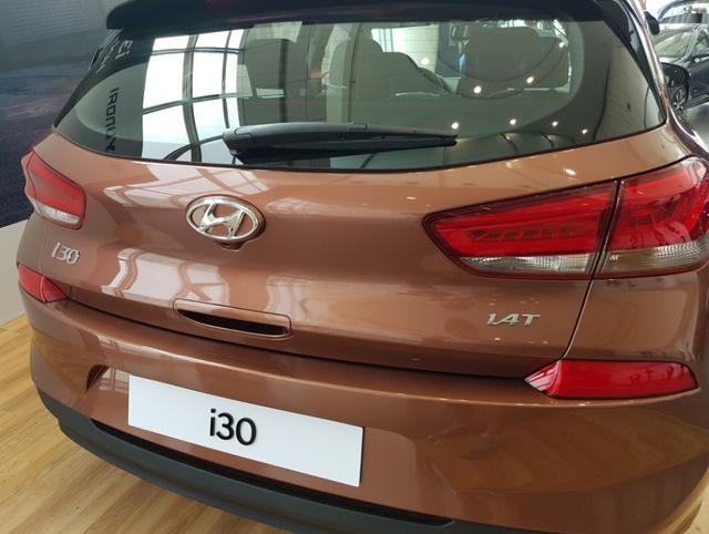 Chưa hết, Hyundai i30 2017 còn được trang bị khoang hành lý rộng rãi với thể tích 395 lít, lớn hơn 15 lít so với đối thủ cùng phân khúc Volkswagen Golf. Nếu hàng ghế sau được gập xuống, thể tích khoang hành lý còn tăng lên 1.301 lít.