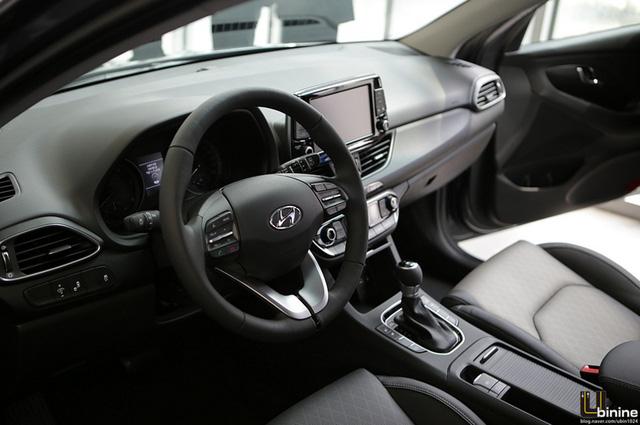 Bên trong Hyundai i30 thế hệ mới là không gian nội thất gần như được lột xác, lấy cảm hứng từ người anh em 3 trong 1 Ioniq. Hãng Hyundai trang bị màn hình cảm ứng 8 inch tùy chọn tích hợp các tính năng đa phương tiện, định vị và kết nối làm một. Màn hình tương thích với ứng dụng Apple CarPlay và Android Auto đồng thời cho phép sạc điện thoại thông minh.