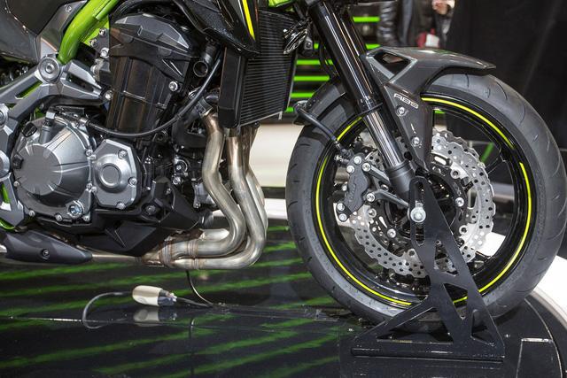 Ngoài ra, Kawasaki Z900 2017 còn được trang bị phuộc hành trình ngược 41 mm tùy chỉnh theo tải phía trước. Đằng sau là giảm xóc cũng có thể tùy chỉnh theo tải.
