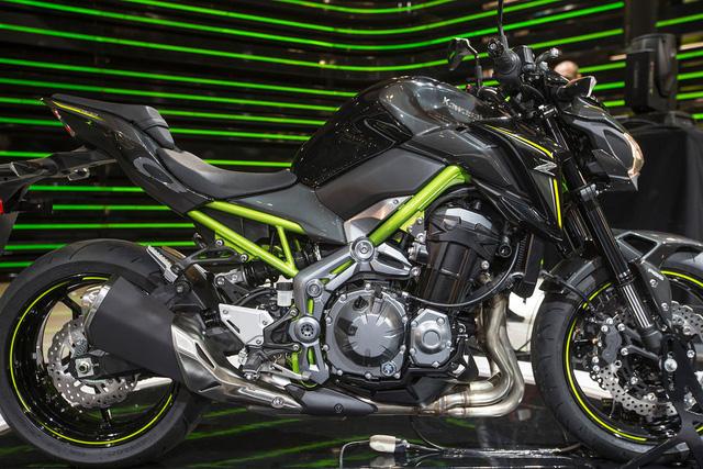 Trái tim của Kawasaki Z900 2017 là động cơ 4 xy-lanh thẳng hàng, dung tích 948 cc, được phát triển dựa trên máy của Z1000. Động cơ này tạo ra công suất tối đa 126 mã lực, lớn hơn 12 sức ngựa so với mày của Kawasaki Z800 cũ.