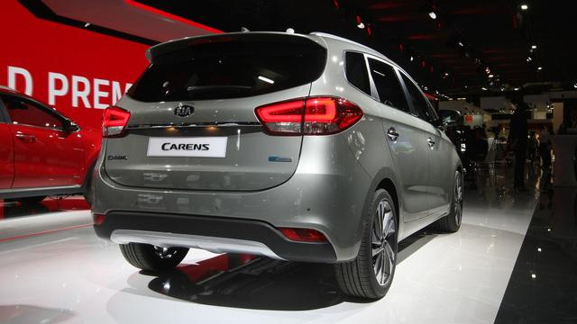 Tại thị trường châu Âu, Kia Carens 2017 được trang bị động cơ xăng hút khí tự nhiên, dung tích 1,6 lít quen thuộc, tạo ra công suất tối đa 136 mã lực, tương tự người anh em ceed. Thứ hai là động cơ diesel tăng áp, dung tích 1,7 lít với công suất tối đa 115 hoặc 136 mã lực.