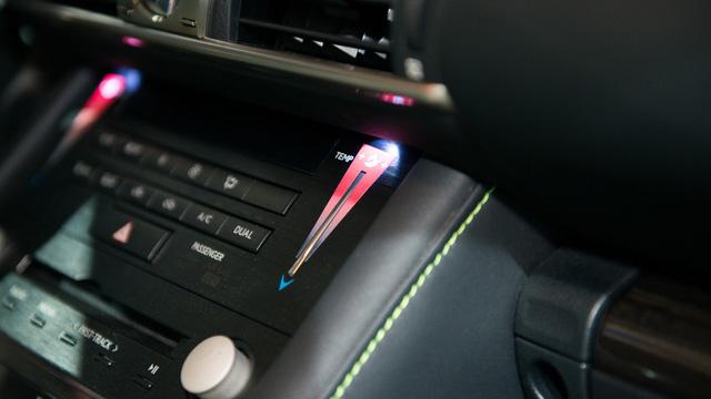 Những điểm nhấn khác của Lexus Sriracha IS bao gồm nút chỉnh điều hòa với 2 chế độ mát và nóng Sriracha.