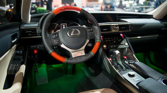 Tương tự bên ngoài, trong Lexus Sriracha IS cũng có một số chi tiết màu xanh lá như đèn gầm và chỉ khâu tay.