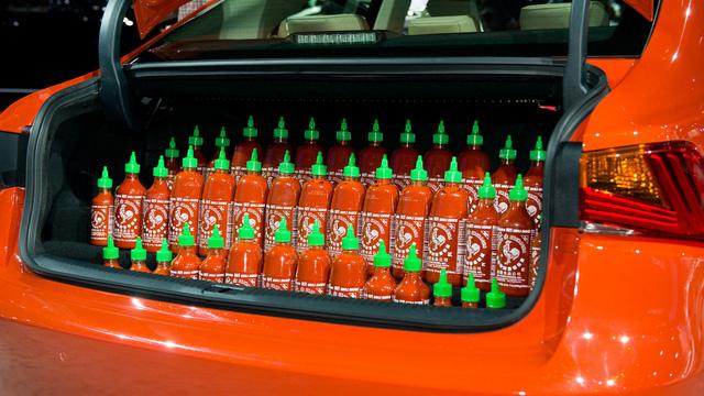 Chưa hết, hãng Lexus còn đặt 43 chai tương ớt Sriracha vào bên trong cốp sau của Sriracha IS. Xe đi kèm chìa khóa điều khiển từ xa đặc biệt, chứa cả tương ớt Sriracha bên trong. Khi cần, người lái chỉ cần nhấn nút để đổ tương ớt từ chìa khóa lên thức ăn thông qua một lỗ nhỏ.