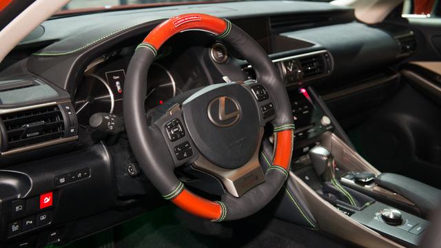 Ngoài ra, Lexus Sriracha IS còn được trang bị vô lăng phối 2 màu đen-đỏ đối lập và ấn tượng.
