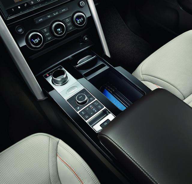 Đối với những gia đình đông người, Land Rover Discovery 2018 là một lựa chọn lý tưởng nhờ khoang hành lý rộng rãi, khả năng kéo 3,5 tấn hàng đầu phân khúc và hàng loạt ngăn chứa đồ tiện dụng. Trên bệ tì tay trung tâm ở hàng ghế trước có một ngăn chứa đến 5 chiếc iPad Mini.