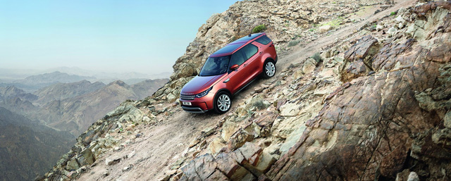 Để đảm bảo an toàn, Land Rover Discovery 2018 có những tính năng như hỗ trợ xuống dốc, kiểm soát lực bám điện tử và kiểm soát cân bằng chống lật. Bên cạnh đó là những tính năng khác như hỗ trợ đỗ xe, phát hiện điểm mù, kiểm soát hành trình thích ứng, nhận diện biển báo giao thông, giới hạn tốc độ thông minh, đèn pha tự động, giám sát tình trạng người lái, camera bao quanh HD, cảnh báo chuyển làn đường và hỗ trợ duy trì làn đường.