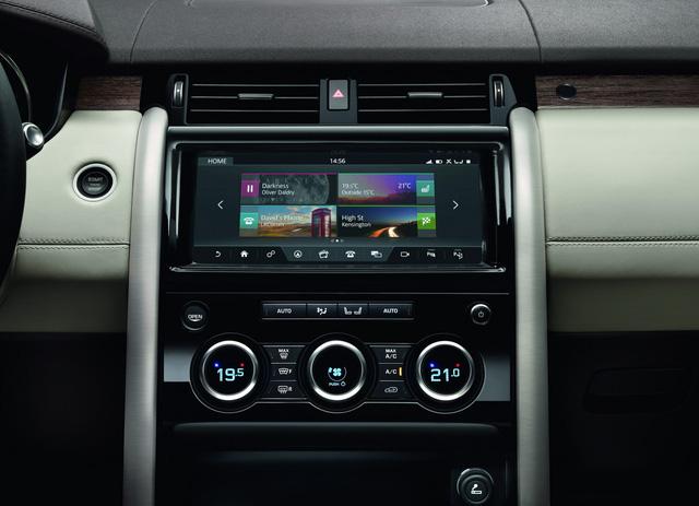 Hệ thống thông tin giải trí InControl Touch Pro của Land Rover Discovery 2018 đi kèm màn hình cảm ứng 10 inch ở giữa cụm điều khiển trung tâm, giúp giảm 1/3 số lượng nút bấm cơ học. Hệ thống này hỗ trợ cả điện thoại dùng hệ điều hành iOS và Android.