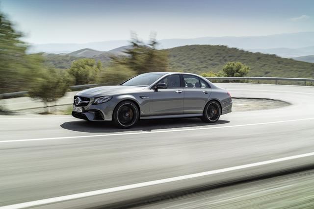 Ở Mercedes-AMG E63 2018, động cơ này tạo ra công suất tối đa 563 mã lực và mô-men xoắn cực đại 750 Nm. Nhờ đó, Mercedes-AMG E63 2018 có thể tăng tốc từ 0-96 km/h trong 3,4 giây và 0-100 km/h trong 3,5 giây.
